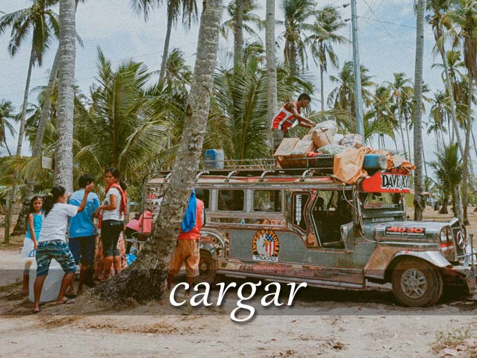 スペイン語の動詞 cargar「積む、(負担を)負わせる」の活用と意味【例文あり】