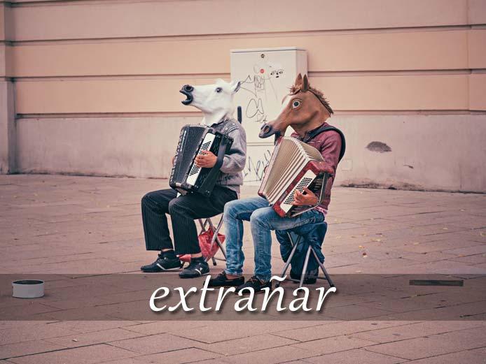 スペイン語の動詞 extrañar「不思議に思わせる、寂しく思う」の活用と意味【例文あり】