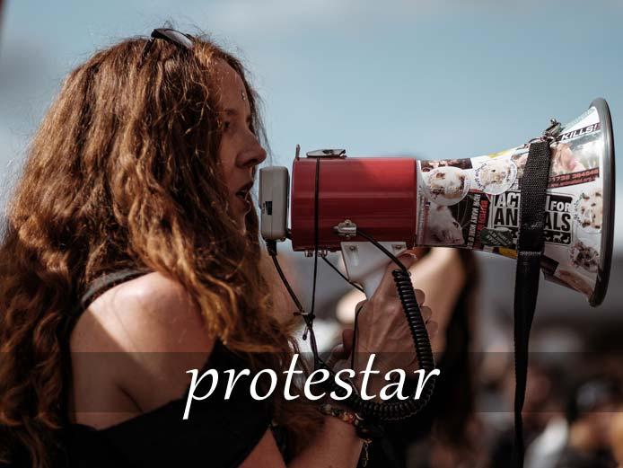 スペイン語の動詞 protestar「抗議する、不満を言う」の活用と意味【例文あり】